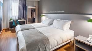 1 slaapkamer, donzen dekbedden, een kluis op de kamer, een bureau