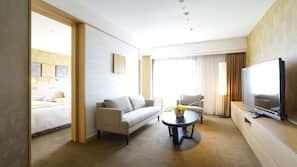 羽絨被、房內夾萬、書桌、窗簾