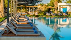 Een binnenzwembad, 2 buitenzwembaden en parasols bij het zwembad