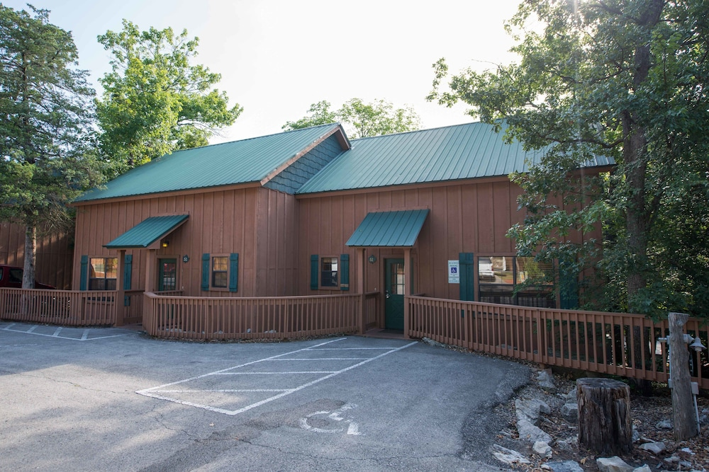 The cabins at green mountain reviews photos rates for Cabins near branson mo