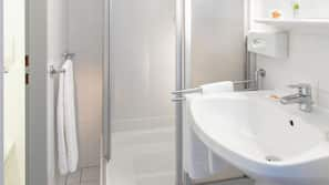 Dusche, kostenlose Toilettenartikel, Haartrockner, Handtücher