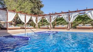 2 piscines couvertes, 7 piscines extérieures, parasols de plage