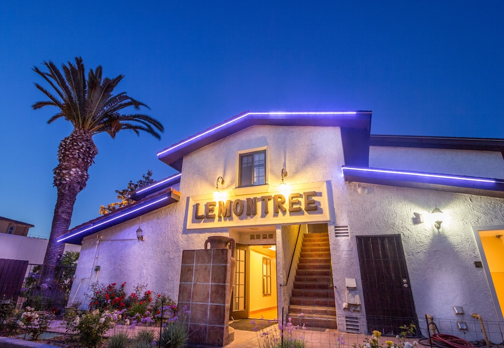 Front of Property - Evening/Night, Lemon Tree Hotel & Suites Anaheim