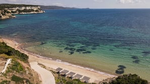 Aan een privéstrand, ligstoelen, parasols, strandlakens