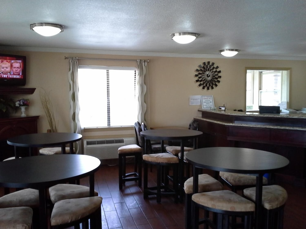 Bar, Economy Inn and Suites
