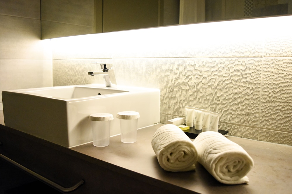 Bathroom, AP Maria Nova Lounge