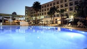 Una piscina cubierta, una piscina al aire libre de temporada, sombrillas