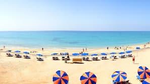 Sulla spiaggia, teli da spiaggia, windsurf, un bar sulla spiaggia