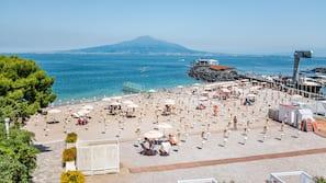 Praia particular, espreguiçadeiras, guarda-sóis, bar na praia