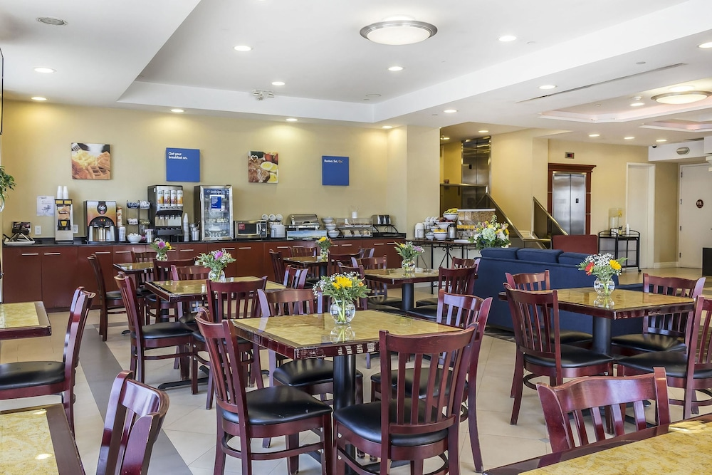 Breakfast Area, Comfort Inn & Suites LaGuardia Airport