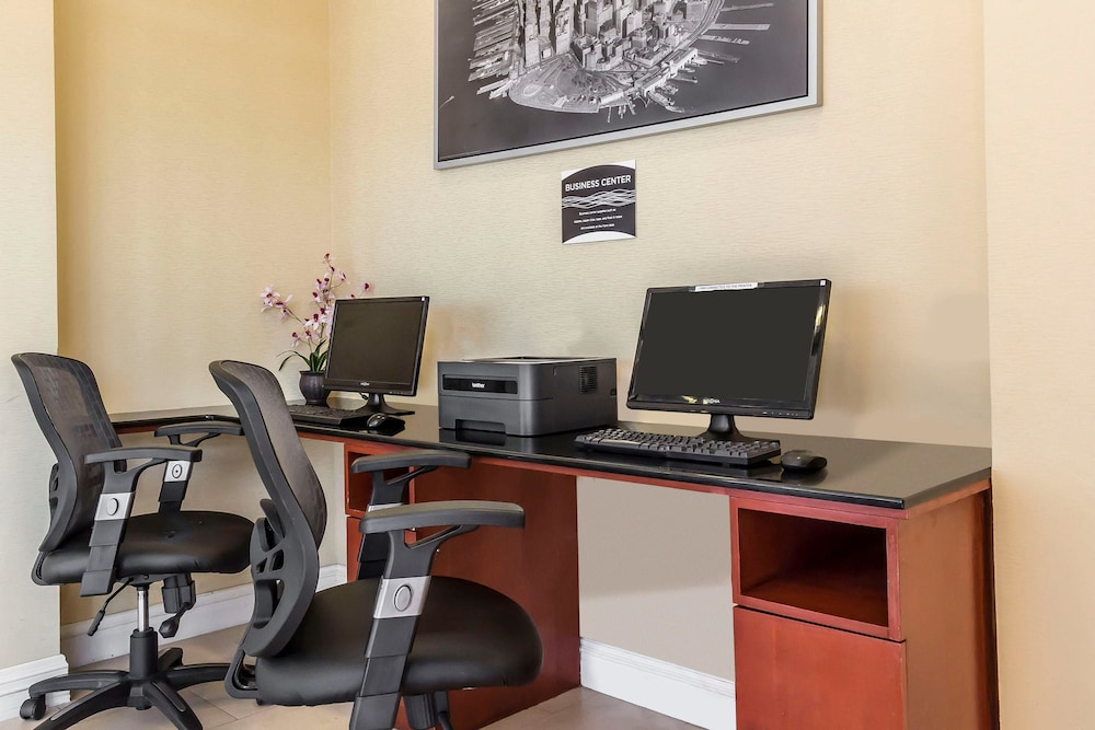 Business Center, Comfort Inn & Suites LaGuardia Airport