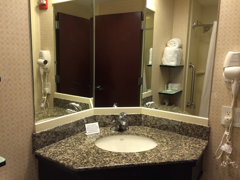 Bathroom Sink, Comfort Inn & Suites LaGuardia Airport