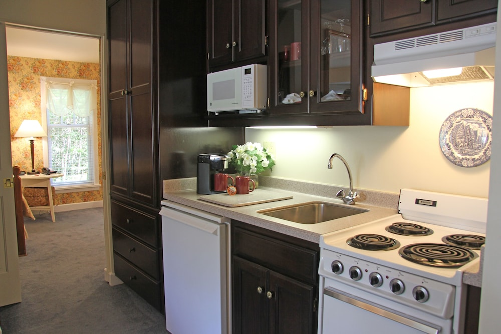 Private Kitchenette, Eagle Harbor Inn