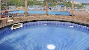 2 piscinas al aire libre (de 10:00 a 20:00), sombrillas, tumbonas