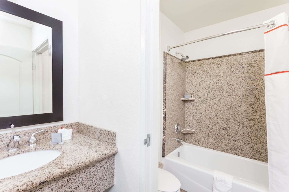 Bathroom, Hawthorn Suites by Wyndham Victorville