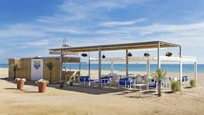 Sulla spiaggia, un bar sulla spiaggia