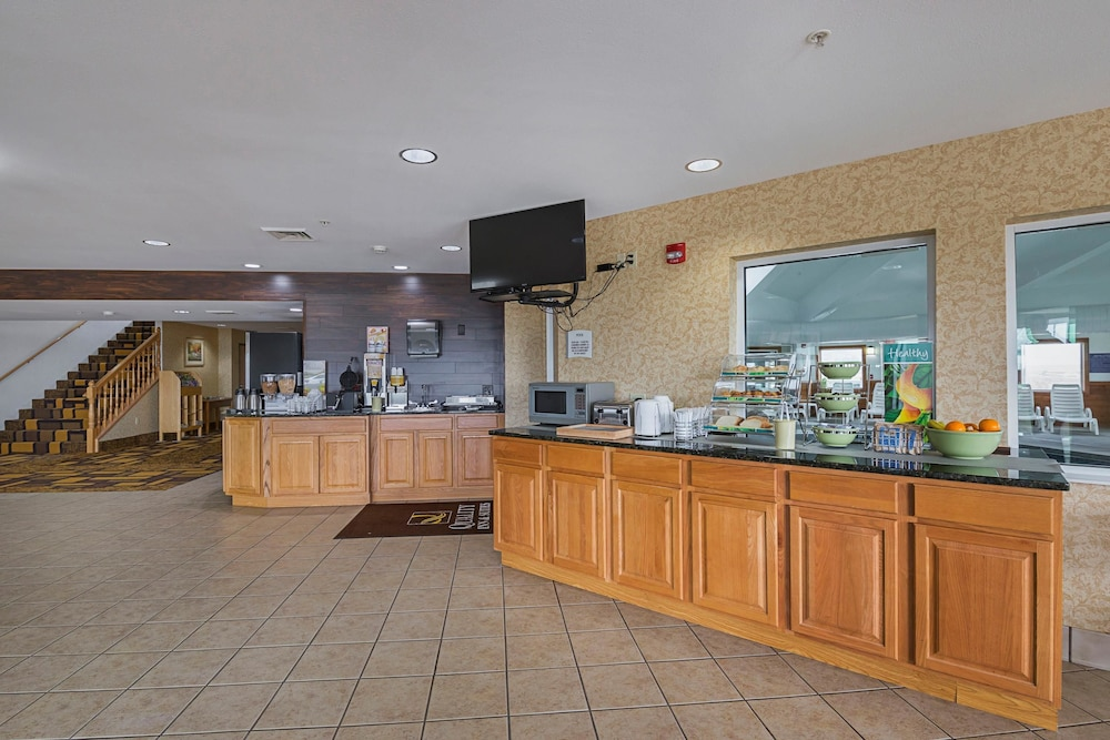Breakfast Area, Quality Inn & Suites Belmont Route 151