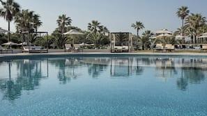 Piscina interna, piscina externa, guarda-sóis