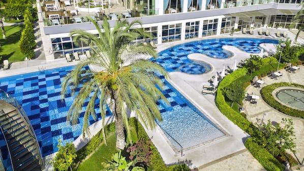 Een binnenzwembad, 7 buitenzwembaden, ligstoelen bij het zwembad