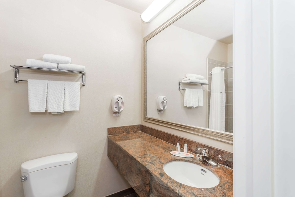 Bathroom, Baymont by Wyndham Savannah/Garden City