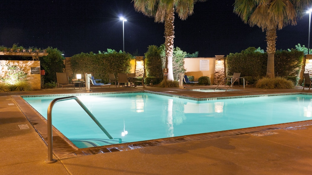 Pool, Holiday Inn Express and Suites Turlock