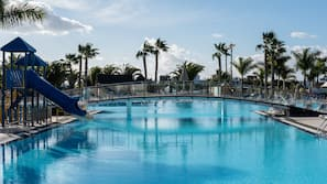 15 outdoor pools, open 10:00 AM to 6:00 PM, pool umbrellas
