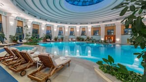 실내 수영장, 시즌별로 운영되는 야외 수영장, 07:00 ~ 20:00 오픈, 수영장 파라솔, 일광욕 의자