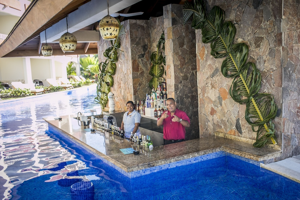 Poolside Bar, Majestic Colonial Punta Cana - All Inclusive