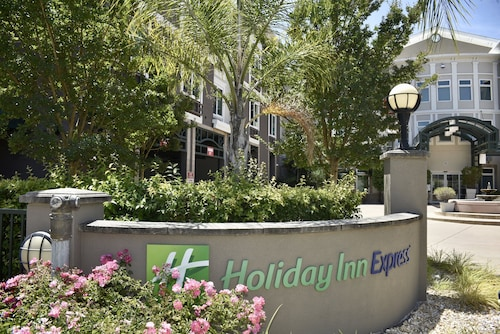 Holiday Inn Express® Windsor Sonoma Wine Country