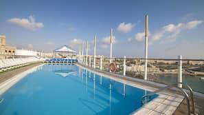 Una spiaggia nelle vicinanze, un bar sulla spiaggia