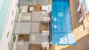 2 piscines extérieures, piscine avec cascade, parasols de plage