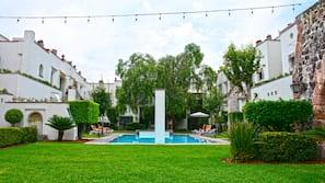 Una piscina al aire libre (de 8:00 a 20:00), sombrillas, tumbonas
