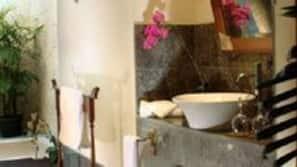 Kombinasi shower/bathtub dan perlengkapan mandi gratis