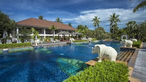 4 outdoor pools, free pool cabanas, pool umbrellas