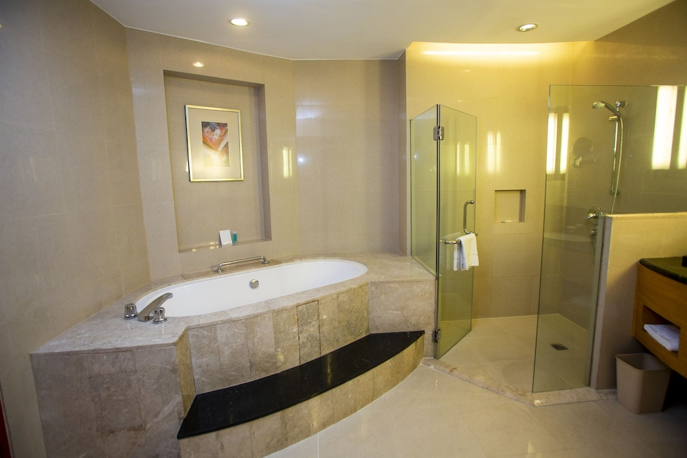 Bathroom, Crowne Plaza Manila Galleria