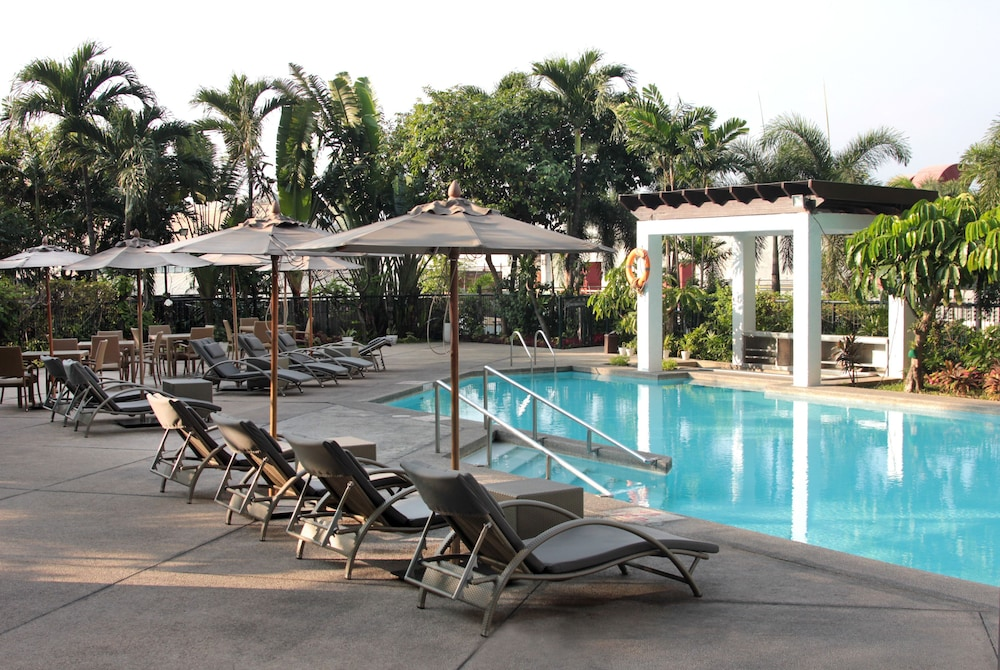 Outdoor Pool, Crowne Plaza Manila Galleria