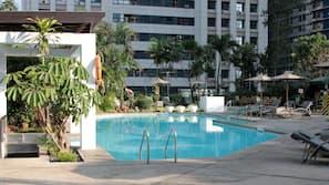 室外游泳池,06:00 至 20:00 开放,池畔遮阳伞,日光浴躺椅