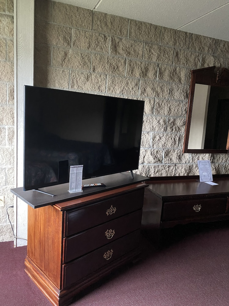 Television, Voyageur Inn and Conference Center