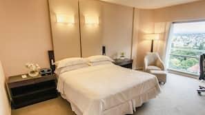 Roupas de cama premium, frigobar, cofres nos quartos, escrivaninha