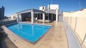 Una piscina al aire libre (de 8:30 a 20:00), tumbonas