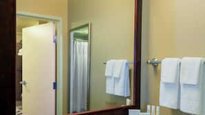 Combined shower/tub, free toiletries, hair dryer, towels