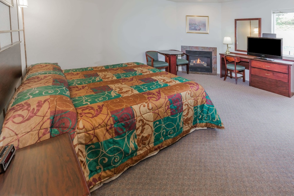 Room, Travelodge by Wyndham Depoe Bay