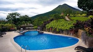 Una piscina cubierta, sombrillas
