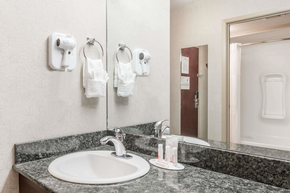 Bathroom, Super 8 by Wyndham Red Deer City Centre