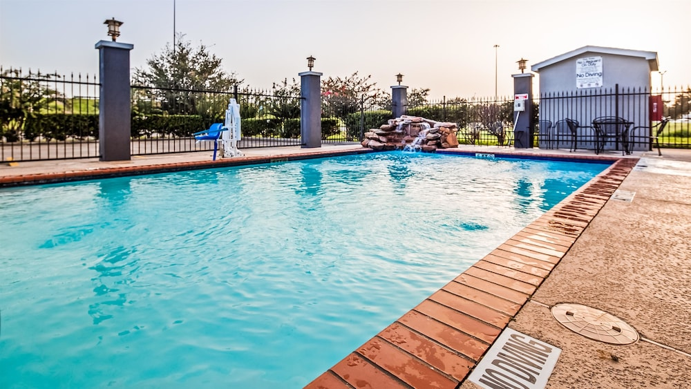 Outdoor Pool, Best Western Mainland Inn & Suites