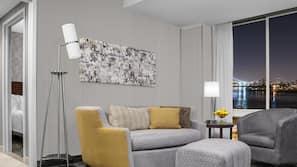 Ylelliset vuodevaatteet, tallelokero huoneessa, työpöytä, pimennysverhot