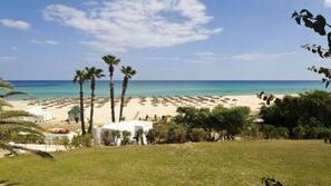 Privat strand, vit sandstrand, gratis strandcabanor och solstolar