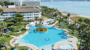 Una piscina cubierta, 3 piscinas al aire libre, sombrillas, tumbonas