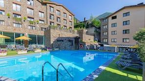 Una piscina al aire libre de temporada (de 10:00 a 18:30), sombrillas