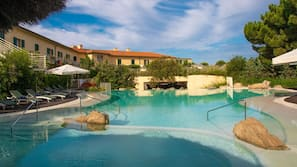 5 piscine coperte, 2 piscine all'aperto, ombrelloni da piscina, lettini